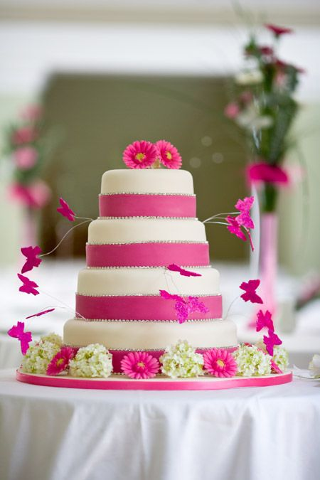 Witte bruidstaart met roze banden