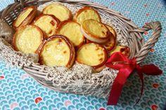 A Provins, en Seine-et-Marne, on prépare durant la période de la Toussaint des niflettes, petit gâteau de pâte feuilletée et de crème pâtissière originaire du Moyen Age...