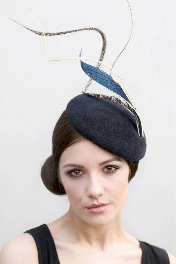 Gefiederte Hut, Hut Rennen oder Hochzeit Headpiece, High Fashion Ladies Day Ocktail Hut, Ascot, Derby Fascinator - Sooi