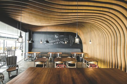 Design, ce plafond ondoyant en bois dans ce restaurant à Jakarta - Nouvelles…