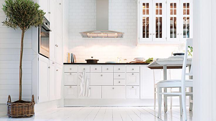 Ett skärgårdskök, målat med mycket träkänsla och ovanligt detaljrikt, det är den enkla beskrivningen av Skärö.   Se mer av Skarö: http://www.tibrokok.se/vara-koksstilar/ovanligt-bra-koksstilar/skaro