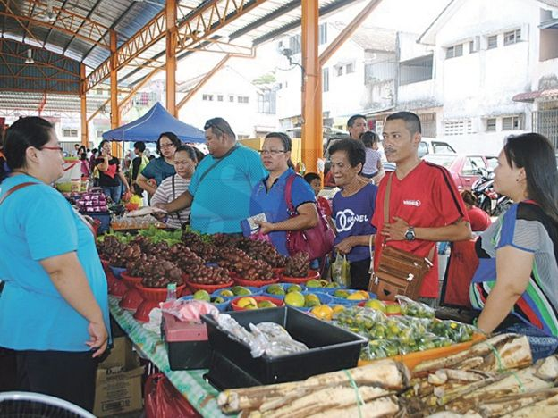 Pasar Borneo semakin dikenali  Pelbagai sayuran dan buah-buahan kampung dijual di Pasar Borneo.  PASIR GUDANG - Pasar Borneo pada asalnya bertapak secara haram sekitar 2006 di Taman Megah Ria semakin dikenali bukan sahaja dalam kalangan orang Sarawak malah pengunjung tempatan dan seluruh negara termasuk pelancong asing.  Pengerusi Persatuan Pasar Borneo Donny Linan berkata sebanyak 56 tapak disediakan 96 peratus terdiri daripada peniaga wanita menjual pelbagai sayuran kampung buah-buahan…