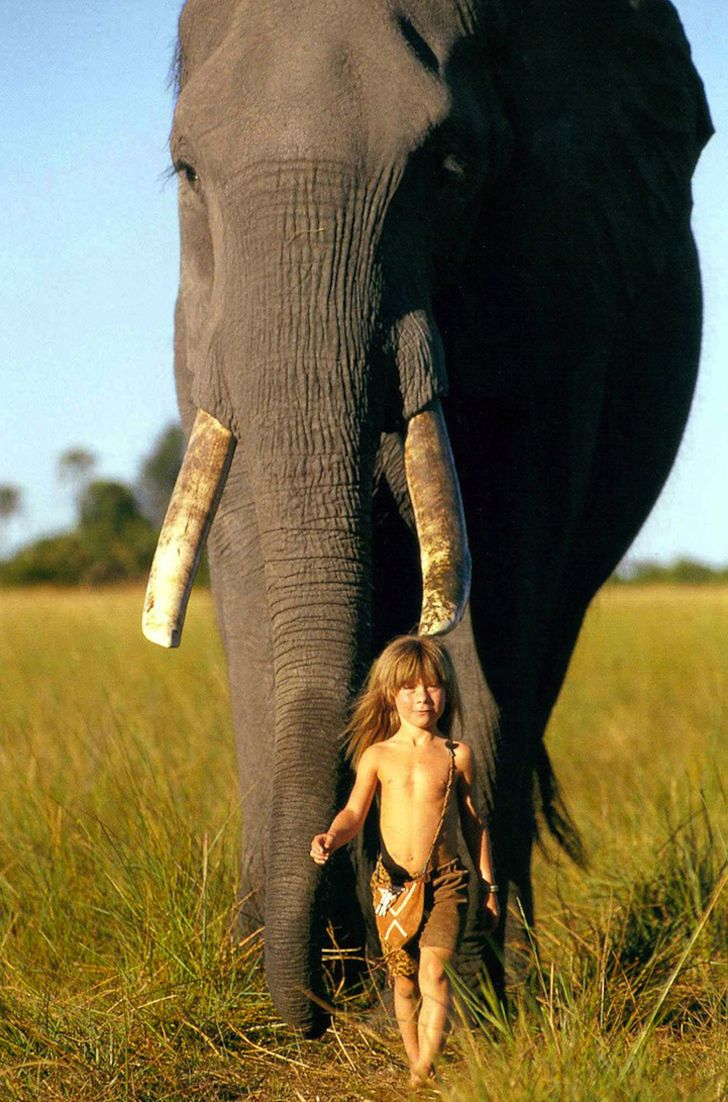 Incredible Photos Of A Little Girl Who Grew Up Alongside Wild Animals in Africa | NegPoz