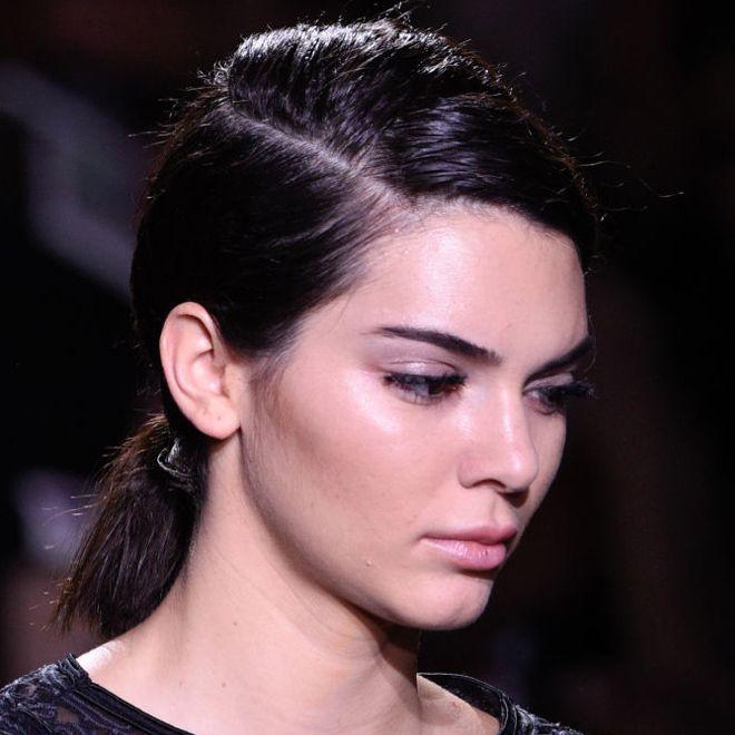 Das ist DEINE Frisur, wenn es morgens schnell gehen soll: Im Herbst binden wir unsere Haare wieder tief im Nacken zusammen und kombinieren