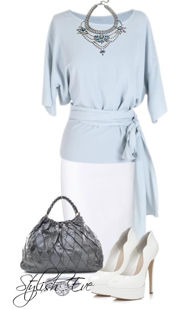 Falda de tubo blanca, blusa atada a la cintura azul celeste y taconed blancos.