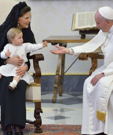 Leonore von Schweden (1): Audienz bei Papst FranzisKUSS -  Schmeckt nicht. Leonore gibt das Geschenk dem Papst zurück lol http://www.bild.de/unterhaltung/royals/prinzessin-leonore-lilian-maria-von-schweden/mit-oma-silvia-beim-papst-40718520.bild.html