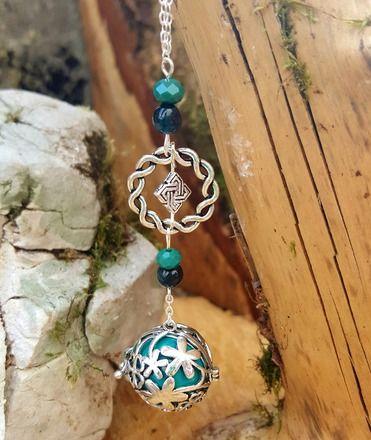 """Bola de grossesse """"Porte-chance"""" avec bola trèfle, nœud celtique, anneau et perles   Tons : vert  Dimensions : ~ 100cm  Le bola est un bijou principalement destiné aux fut - 19086527"""