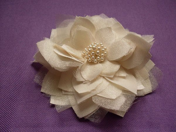 tutorial for how to make these gorgeous fabric flowers