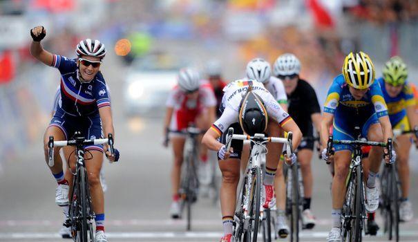27 sept. 2014 - Pauline Ferrand-Prevot a décroché son titre de championne du monde de cyclisme sur route au sprint devant un premier groupe comprenant l'ensemble des favorites. AFP PHOTO / MIGUEL RIOPA