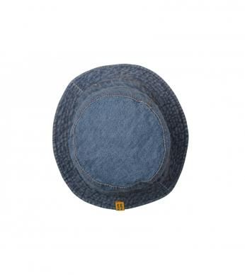 A classic denim hat for newborn boys, finished with a Naartjie label.  100% cotton excluding trims.