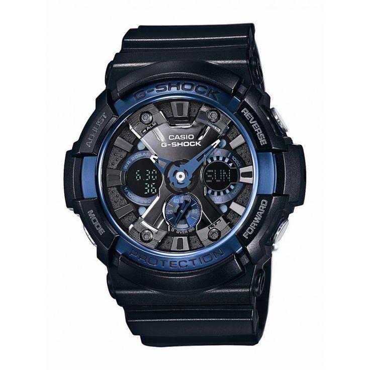 Casio G-Shock Classic GA-200CB -1AER Ciekawe wykończenie granatowymi akcentami na tarczy to element charakterystyczny serii COOL BLUE, która charakteryzuje się orzeźwiającymi niebieskimi wstawkami. Sprawdź na www.timetrend.pl