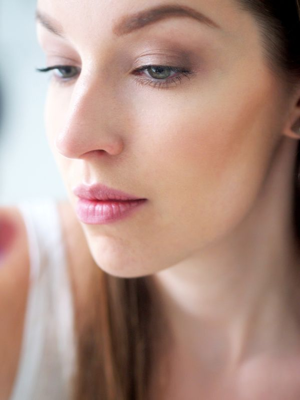 Blogger Girly Style's 5-minute daily make-up routine includes Lumene Nude Perfection Glow Foundation which provides natural sheer coverage and leaves a beautiful glow on skin. #foundation #lumene