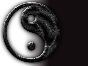 Az egymásba fonódó fekete és fehér szimbólumát mindenki ismeri. Jin és jang: a két ellentétes pólus. A Tao szerint a Jin és jang két ellentétes energia, melyek fenntartják a világ egyensúlyát. Szimbóluma, az egymásba fonódó, végtelen fekete és fehér harmóniát alkot, olyan harmóniát, melyre a Feng shui is törekszik.