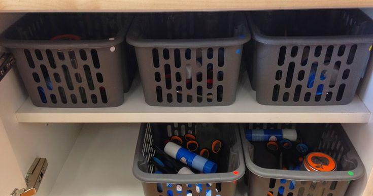 In mijn klas heeft iedere tafelgroep een eigen knutselmandje. Dit mandje haalt de materiaalbaas op wanneer we een crea les hebben, of w...