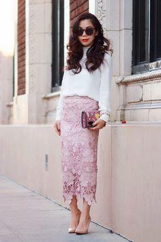 Comprar ropa de este look: https://lookastic.es/moda-mujer/looks/blusa-de-manga-larga-blanca-falda-a-media-pierna-rosada-zapatos-de-tacon-marron-claro-cartera-sobre-rosada/1056 — Falda a Media Pierna de Encaje Rosada — Cartera Sobre de Cuero Rosada — Zapatos de Tacón de Cuero Marrón Claro — Blusa de Manga Larga Blanca
