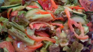 Salada com Molho de Mostarda Agridoce  salada  1 alface crespa  1 cebola fatiada super fina 3 tomates fatiado 1 pepino (com casca)    Molho  1 1/2 colheres (sopa) de mostarda  1/3 xícara de vinagre de maçã (ou suco de limão); 4 colheres (sopa) azeite de oliva extra virgem (utilize sempre o prensado a frio); 2 colheres (sopa) de agave; Sal e pimenta do reino a gosto.  - Modo de fazer:  Bata tudo no liquidificador até que esteja super cremoso.