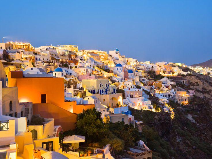 """Mykonos, famosa come """"L'isola dei venti"""", si trova nella parte meridionale del Mar Egeo ,appartiene al complesso delle isole Cicladi ed e` una delle isole piu` famose nel mondo per la sua vita vivace. Si tratta di una delle isole piu` turistiche delle Cicladi, con vita notturna vivace e intensa, ed e` una delle prime isole greche che si e` sviluppata turisticamente. http://greeceviewer.com/odigos/it/Mikonos"""