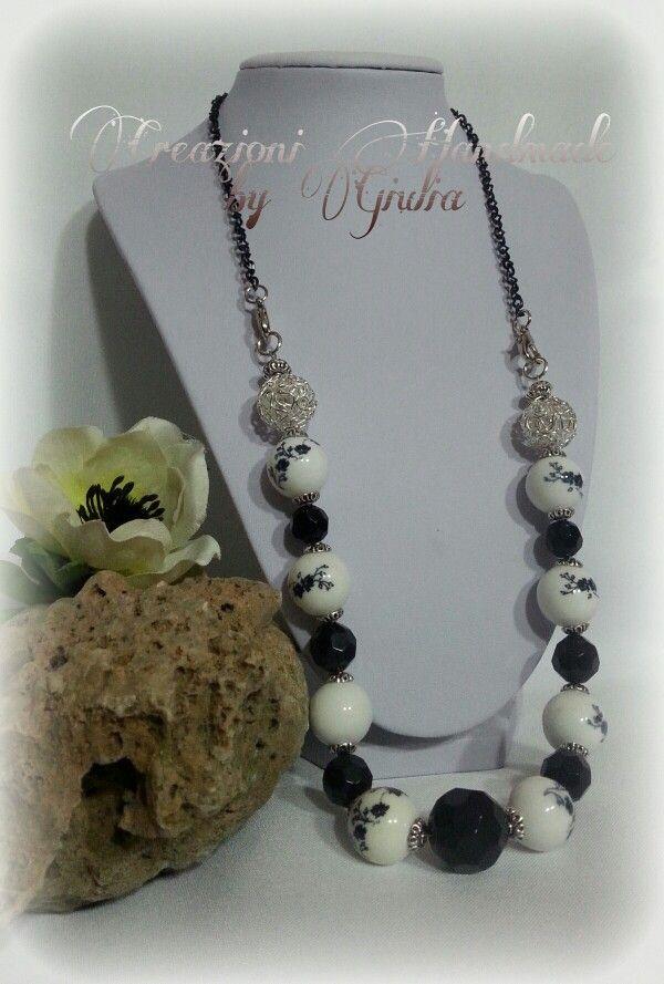 Collana con perle ceramica e perle traforate color argento