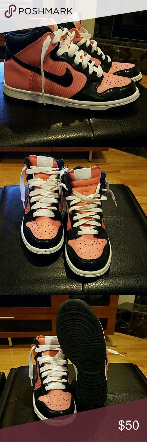Nike dunks sz 7 Lightly worn. No box. Super comfy. High tops Shoes