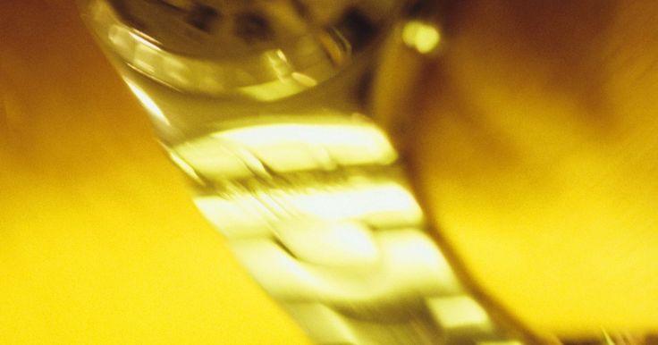 Cómo quitar los rayones de un reloj de plástico. No hay necesidad de deshacerse de un reloj muy querido sólo porque la cara de plástico tiene unos cuantos golpes. Tampoco tienes que pagarle a un joyero profesional para arreglarlo. Probablemente ya tienes las herramientas para hacerlo en la casa.