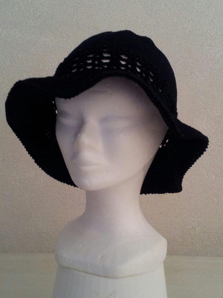 cappellino lavorato ad uncinetto