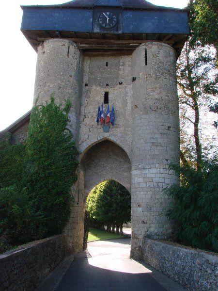 """Château-Renault 37, tout comme Chateaudun, Les Montils et Gallardon, Chateau-Renault, verrou blésois au N-E de la Touraine, est une construction de Thibaut V, comte de Champagne, de Blois et de Chartres. Son donjon, bâti sur une motte """"instable"""", a subi le meme sort (rupture verticale) que ceux de Mondoubleau, Brosse et Chateau sur Epte."""
