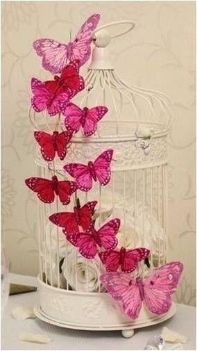 Gaiola com borboletas cor de rosa