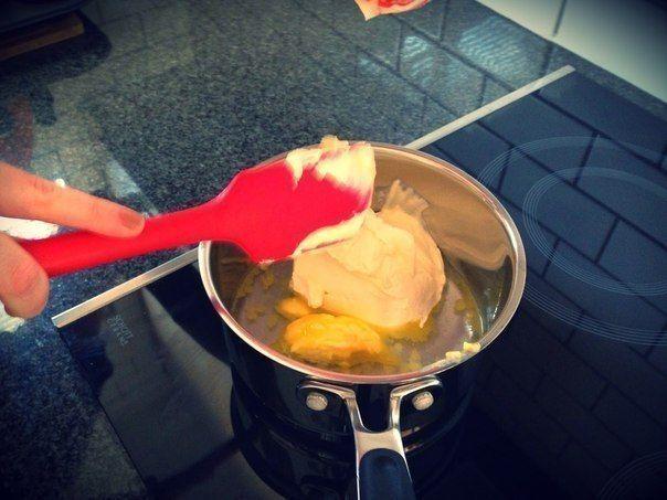 Простой и забавный десерт!  Ингредиенты: 3 чашки муки 2 ст.л. сахара 1 упаковка сухих дрожжей 1 ч.л. соли 1 яйцо 1 чашка сметаны 1/4 стакана воды 2 ст.л. сливочного масла  Приготовление: 1. Положи в маленькую кастрюльку сливочное масло и сметану, смешай с водой и подогрей на маленьком огне, но не давай закипеть. 2. В просеянную муку разбей яйцо, смешай с остальными ингредиентами и остывшей сметанно-масляной массой. Разминай тесто, пока оно не перестанет липнуть к рукам. 3. Дай тесту…