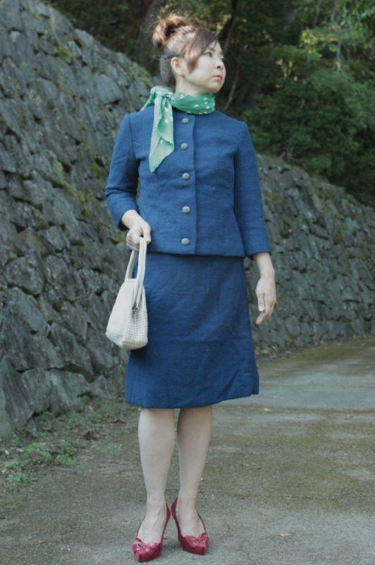 1950年代の日本のオーダーメイドスーツ。 袖丈が短くクラシカルな雰囲気が漂っています。 生地のお色はシックなネイビーブルー。上品に着こなしていただけます。 しゃり感のあるウールのような素材です。きれいな状態で希少価値の高い一品です。大人女性のためのヴィンテージアイテムならSU-MIXにお任せください。