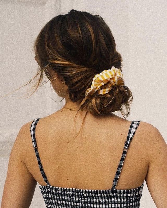 12 Ways to wear scrunchies - How To Wear a Scrunchie, scrunchie bun, scrunchies,...#bun #scrunchie #scrunchies #ways #wear
