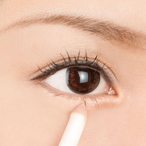 中間部分、黒目の下あたりには重ねづけをして、立体感を出して。