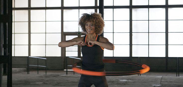 Hoepelen is een eenvoudige en effectieve workout om snel wat centimeters rond je taille te verliezen. Bovendien is het goed voor je conditie en je lijf.