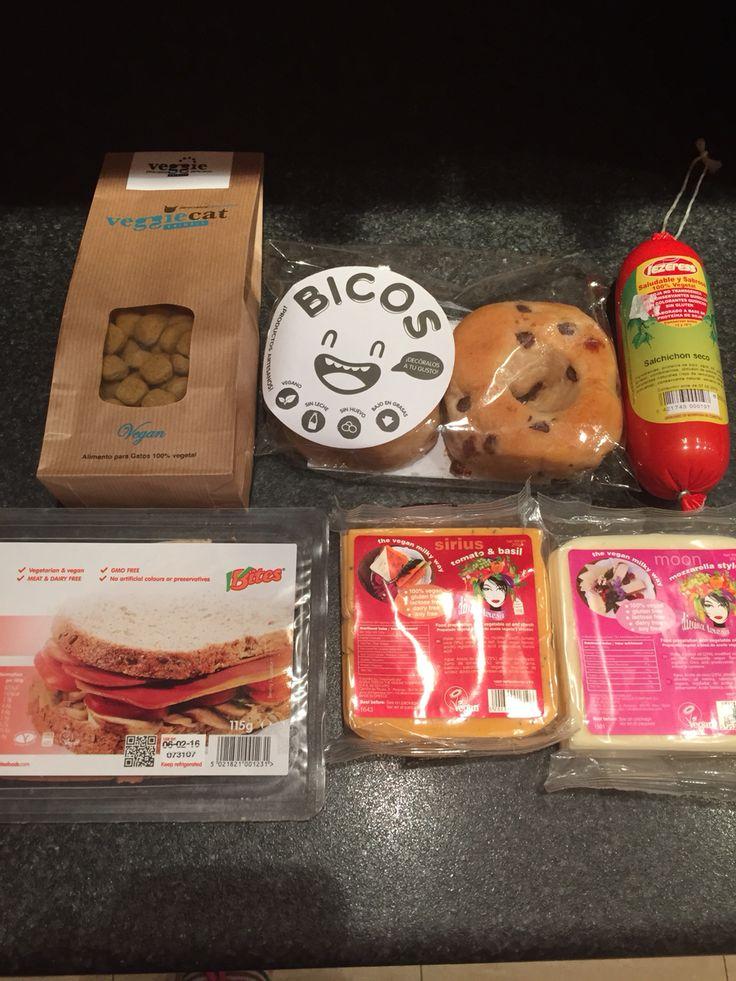 Comer no tiene porque suponer sufrimiento para ningún animal: queso Divina Teresa vegano no bacon no salchichòn Bicos=donuts veganos pienso para gatos vegano