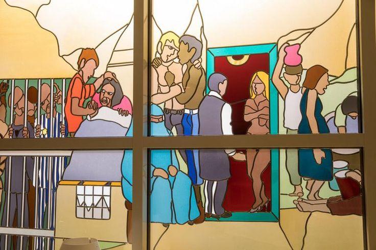 De orde is ruimdenkend, getuige dit glasraam met de beeltenis van een prostituee en twee mannen in een innige omhelzing.