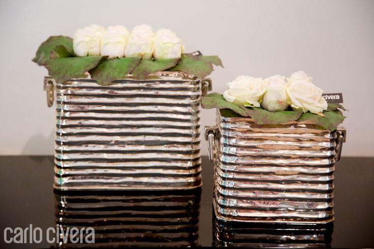 Composizione di rose in vaso d'argento.carlocivera.org #composizione #design #rose #arredamento #