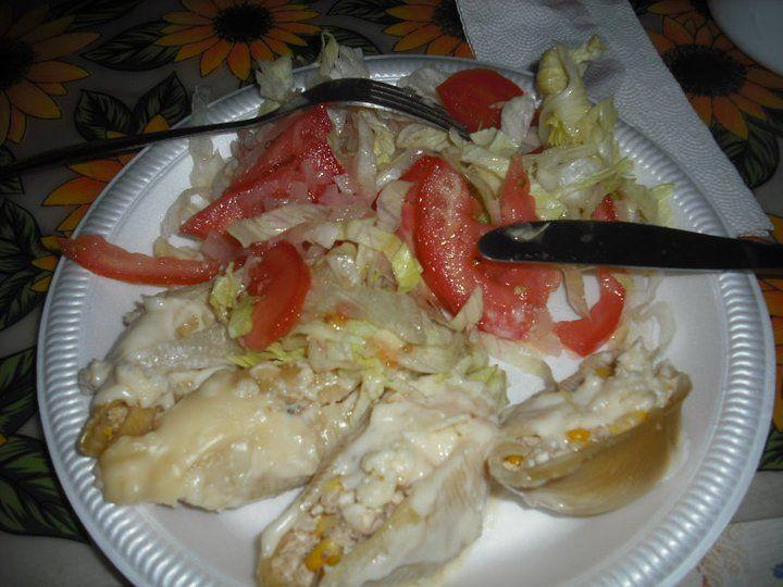 Ensalada de lechuga y tomates  mas conchas rellenas de pollo, queso y maiz con salsa bechamel