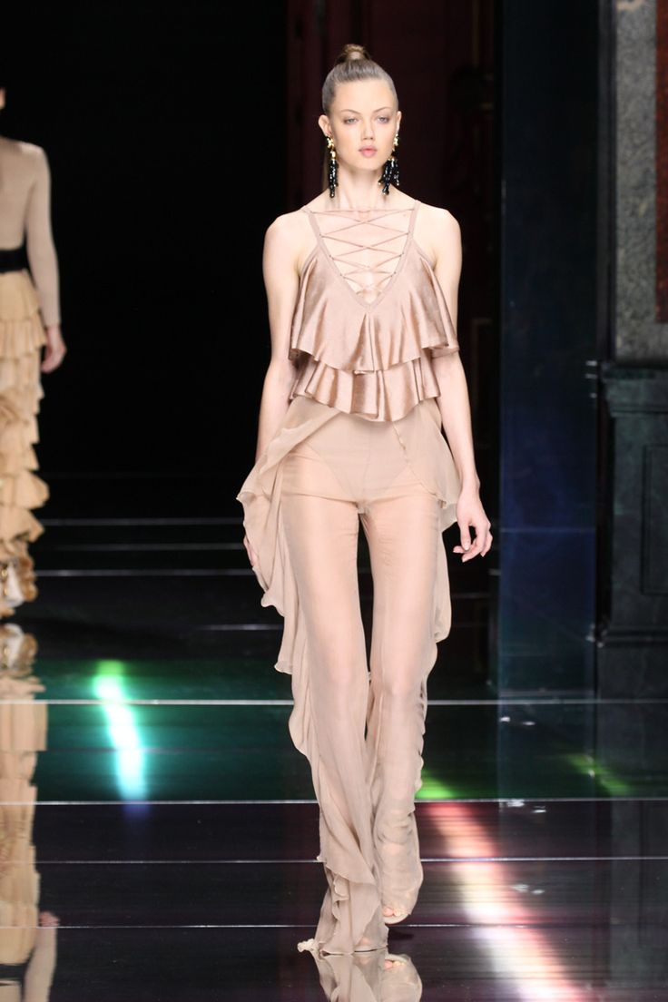 Balmain inova com telas de crochê e macramê para o verão 2016 - Vogue   Desfiles