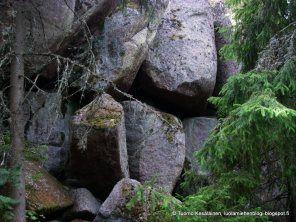 Jeremiaan luolat, Kustavi - Jeremiaan luolat sijaitsevat aivan Kustavin lossirannan läheisyydessä.Nämä mahtavat jopa kymmenien metrien korkuiset,rapautumisen pyöristämät kallionjyrkänteet tarjoavat upeita luola- ja luontoelämyksiä. Teksti: Tuomo Kesäläinen Kuvat: Janne Lumikanta ja Tuomo Kesäläinen I Retkipaikka