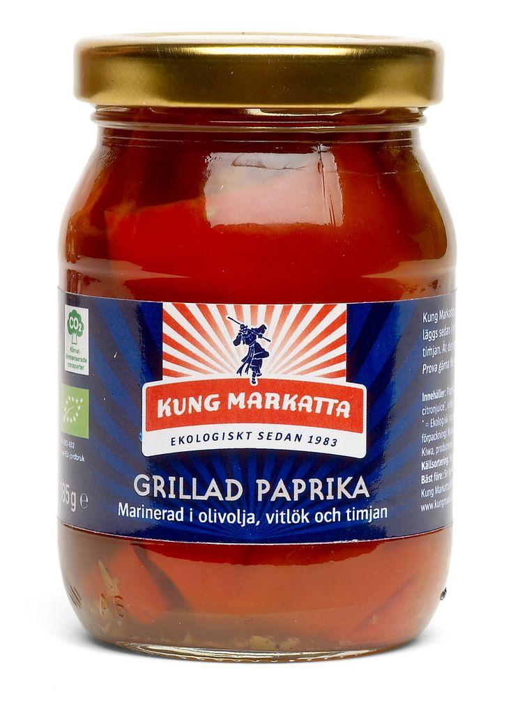 Grillad paprika 185g   Kung Markatta - kungen av ekologiskt Smakrika paprikor som grillas direkt efter skörd. De läggs sedan i en härlig marinad av extra virgin olivolja, vitlök och timjan. Ät den som ett pålägg, hackad i en sallad eller till buffén.