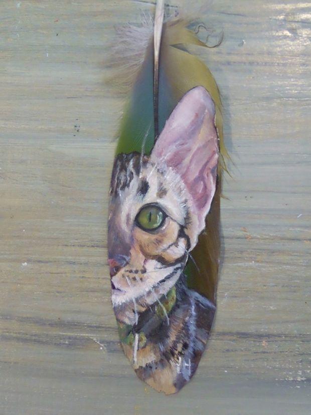 Jamie Homeister pinta a los pájaros en sus propias plumas y alguna que otra mascota más. Gato.