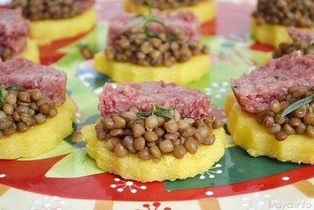 Queste tartine di polenta con lenticchie e cotechino sono un'alternativa sfiziosa e finger food del classico piatto che si prepara di buon augurio il 31 dicembre. Come