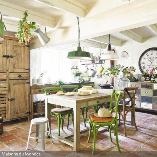 Der französische Landhausstil bestimmt diese rustikale Küche. Neben den zahlreichen Holzmöbeln wurden einzelne grüne Elemente genutzt, um Leben in den Raum zu bringen. - mehr auf www.roomido.com