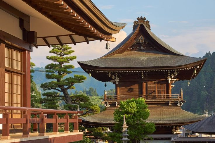 Takayama in Japan: ein Highlight für Geschichts- und Kulturfans. In der kleinen Gebirgsstadt gibt es Bauten aus der Edo-Zeit im 17. Jahrhundert, Tempel und traditionelle Märkte. Etwas Besonderes ist das Festival Takayama Matsuri. Zweimal im Jahr zieht eine Prozession mit historischen, kunstvoll verzierten Umzugswagen durch die Straßen.