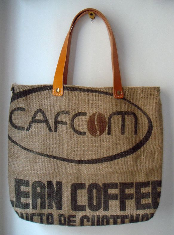 珈琲の香り漂うグアテマラを旅行中、賑やかな市場で買った、珈琲の麻袋を使用した鞄です。鞄本体は帆布で作り、持ち手に厚い牛革を用いました。サイズ:40 &time...|ハンドメイド、手作り、手仕事品の通販・販売・購入ならCreema。