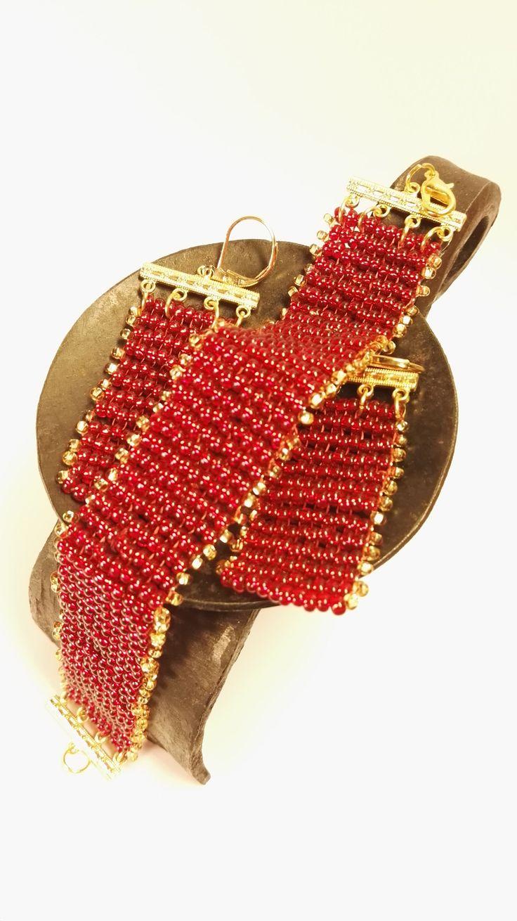 Červená+vášeň+Náramok+aj+s+náušnicami+sú+šité+zo+sklenených+gorálok.+Ukončené+sú+bižutérnymi+komponentmi+zlatej+farby.+Skvele+sa+hodia+k+společenským+šatám.+Sklo+sa+krásné+leskne+a+zlaté+gorálky+dodávajú+ešte+viac+lesku.