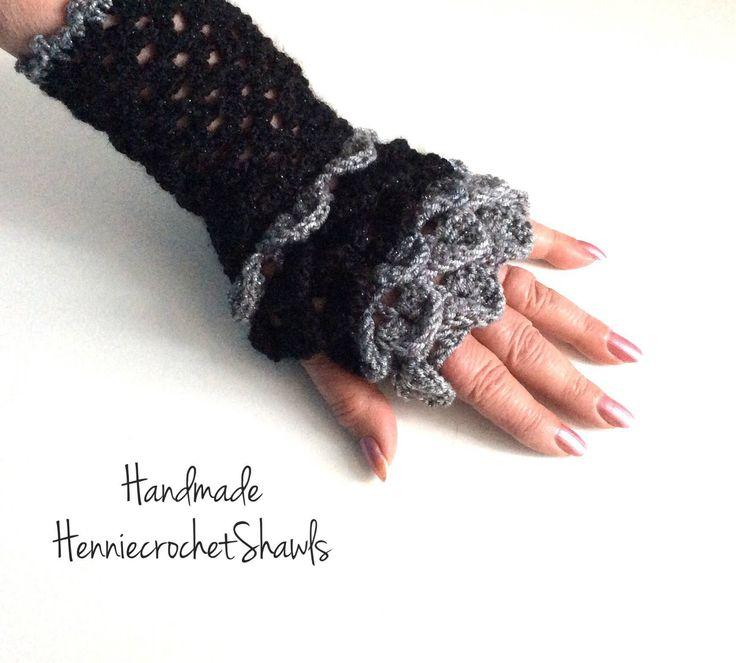 Blij om mijn nieuwste toevoeging aan mijn #etsy shop te kunnen delen: Vingerloze handschoenen gehaakt, cadeau feestdagen,avondhandschoen, krokodillensteek handschoen,cadeau vrouw, geschubte handschoen, wanten.