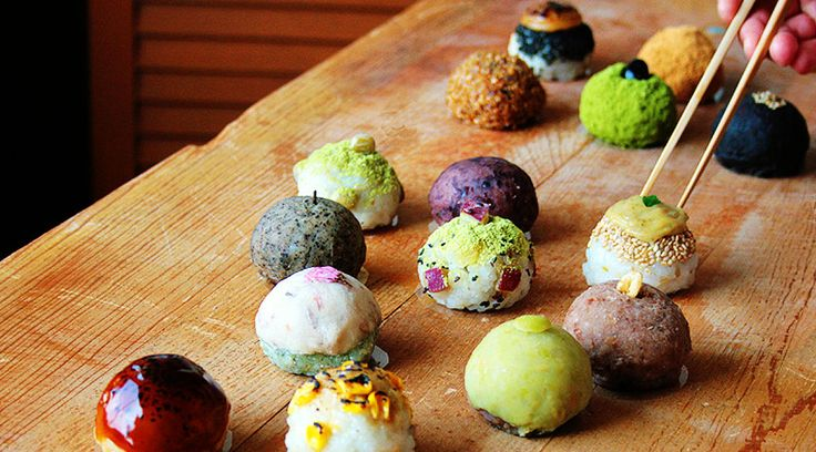 """きっと多くの人が見慣れているのは、小豆ときなこの""""2色""""のはず。でも、以下の整然と並べられた""""丸っこいものたち""""だって、み〜んな「おはぎ」なんですよ!くるみや黒ごま、とうもろこし、木の芽、味噌など豊富なラインナップを展開するのは、大阪・豊中市にある専門店「森のおはぎ」。小さな商店街にある小さな小さなお店は、注意していないと見落としてしまうほどなのだそう。テーマは「素材の味がするお菓子」。カラ..."""