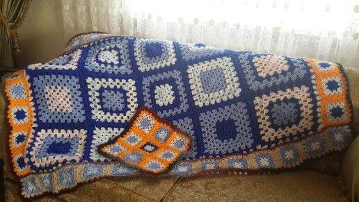 El emeği göz nuru ördüğüm battaniyeler bir hayır kurumu yararına satışa hazır.