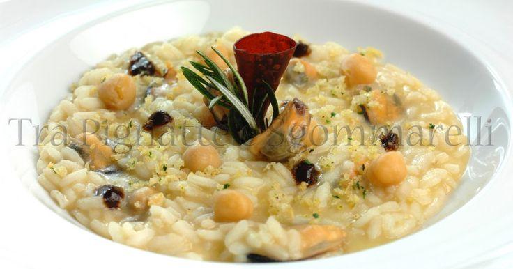 Risotto ceci e cozze, con gocce di aglio nero e crumble di pane al prezzemolo | Tra Pignatte e Sgommarelli