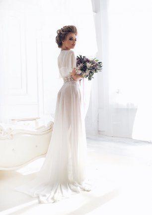 Будуарное платье со шлейфом для утра невесты из шелкового шифона и хлопкового кружева — идеальный вариант для невест, которые не хотят быть, как все, и надевать шелковый халатик bride на фотосессию утра невесты.